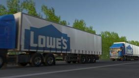 Befördern Sie halb LKWs mit Lowe-` s Logo, das entlang Waldweg fährt Redaktionelle Wiedergabe 3D Lizenzfreies Stockbild