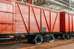 Befördern Sie Lastwagen der rotbraunen Farbe im Depot nach Reparaturen Stockfotografie