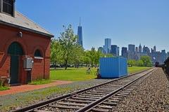 Befördern Sie in Liberty State Park mit Lower Manhattan im Hintergrund mit dem Zug Stockfoto
