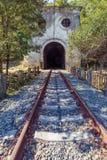 Befördern Sie Schienen und Tunnel nahe dem Bahnhof Psirtskha am sonnigen Sommertag mit der Eisenbahn Stockbild