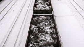 Befördern Sie vagons mit Metallschnitzeln unter Schienen am Bahnhof im Winter stock video