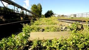 Befördert außer Betrieb mit der Eisenbahn, überwältigt stock footage