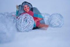 Befana приезжает 6-ого января, со снегом и большим холодом зимы стоковые фото