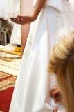 Befestigen des Hochzeitskleides lizenzfreie stockfotos