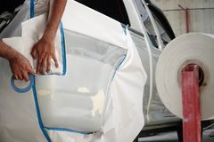 Befestigen Sie das Papier zur Sprühfarbegaragen-Fahrzeugkarosseriearbeits-Autoreparaturfarbe nach dem Unfall während des Sprühens stockbilder