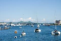 Befestigte Segelnboote und Öltanker Stockfotos