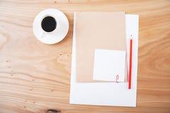 Befestigtes Papier, Kaffee und Bleistifte Stockfotos