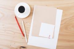 Befestigtes Papier und Kaffee Lizenzfreie Stockfotos