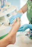 Befeuchten und Massagefüße pedicure Prozedur Lizenzfreies Stockfoto