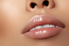 Befeuchtender Lippenbalsam, Lippenstift Schöne sexy nasse Lippen der Nahaufnahme Volle Lippen mit Glanzlippenmake-up Füllereinspr stockbilder