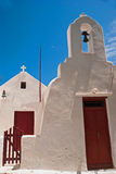 Beffroi au ciel bleu sur l'île de Milos photographie stock
