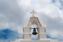 Beffroi au ciel bleu sur l'île de Mykonos photographie stock libre de droits