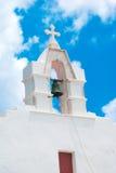Beffroi au ciel bleu sur l'île de Mykonos photos libres de droits