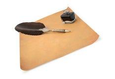 befjädra den gammala paper quillen för bläckhornen Arkivfoto