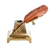 Befjädra pennan med den antika bläckhornen som isoleras på vit Royaltyfri Fotografi