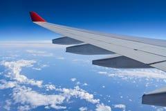 Beflügeln Sie Flugzeuge vom Fenster eines Flugzeuges Stockbild