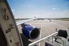 Beflügeln Sie und die Turbine des Flugzeugs am Flughafen Lizenzfreie Stockfotos