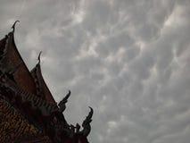 Befo nuageux au sujet de pluie près de temple thaïlandais, Hadyai, Thaïlande Images stock