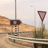 Befragungskennzeichen auf Verkehrsschild und tiangle geben Zeichen nach Lizenzfreies Stockbild