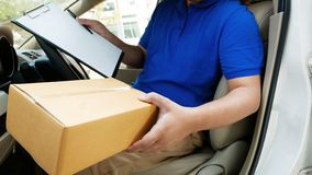 Befreier, der in einem Packwagen hält einen Kasten sitzt stockbild