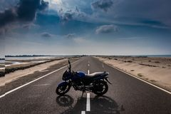 Befria motorcykelförälskelse royaltyfri bild