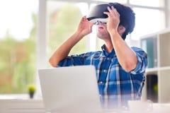 Begåvad formgivareUsing VR hörlurar med mikrofon Royaltyfria Bilder