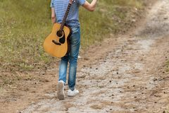 Begåvad gitarrist som spelar skogen som fotvandrar begrepp fotografering för bildbyråer