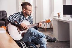 Begåvad handikappad man som arbetar på nya vers Royaltyfri Foto