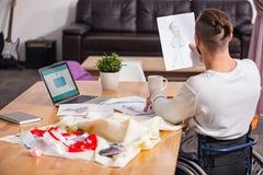 Begåvad handikappade personerskräddare som ser till och med hans designer Arkivfoto