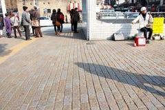 Begåvad japansk gataaktör som busking på trafikljusen arkivfoto