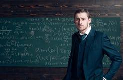 Begåvad matematiker Intrested den smarta studenten för läraren exakta vetenskaper för matematikfysik Blickar för dräkt för formel arkivbilder