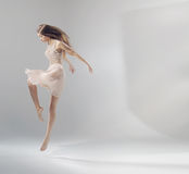 Begåvad ung banhoppningbalettdansör Royaltyfria Foton