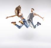 Begåvade höft-flygtur dansare som tillsammans öva royaltyfri foto