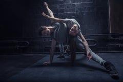 Begåvade unga dansare som tillsammans utför Royaltyfri Fotografi