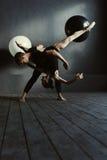 Begaafde balletdansers die in de dichte interactie presteren stock afbeeldingen
