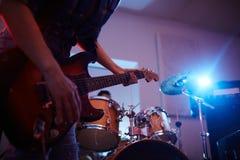 Begaafde Gitarist Performing On Stage in Club stock afbeeldingen