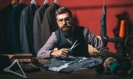 Begaafde kleermaker Bedrijfskledingscode handmade kostuumopslag en maniertoonzaal Het gebaarde naaiende jasje van de mensenkleerm royalty-vrije stock afbeeldingen