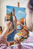 Begaafde Kunstenaar Painting Beautiful Picture in Workshop stock afbeelding