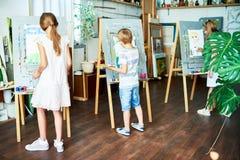 Begaafde Leerlingen die in Art Studio trekken stock fotografie