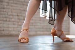 Begabte ältere Frau, die klassischen Tanz am Ballsaal studiert Stockbild