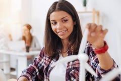 Begabte junge Frau, die neue Technologien studiert Lizenzfreies Stockfoto