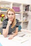 Begabte weibliche Damenschneiderin stellt neue Kleidung her stockfotografie