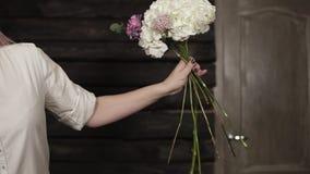 Begabter, hübscher Florist sammelt eine Zusammensetzung von schönen, fantastischen Blumen Beginn Langsame Bewegung stock footage