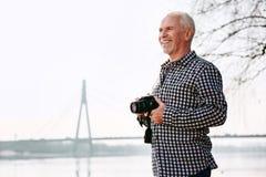 Begabter reifer Mann, der mit Techniken experimentiert lizenzfreie stockfotos