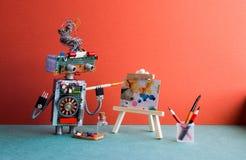 Begabter Roboterkünstler malt ein abstraktes Bild mit Aquarellen Hölzernes Gestell und Künstler ` s bearbeitet Palette, Bleistift Lizenzfreies Stockbild