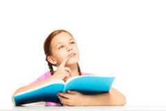 Begabtes Schulmädchen mit Buch in ihrer Hand Lizenzfreies Stockfoto