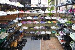 Begagnade kanfasskor shoppar på nattmarknaden Royaltyfria Bilder