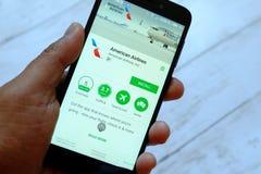 BEGAWAN BANDAR SERI, BRUNEI - JULI VIJFENTWINTIGSTE, 2018: Een mannelijke smartphone van de handholding met American Airlines app stock fotografie