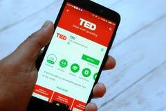 BEGAWAN BANDAR SERI, BRUNEI - JULI VIJFENTWINTIGSTE, 2018: Een mannelijke smartphone van de handholding met TED apps op een andro royalty-vrije stock foto's