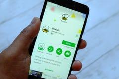 BEGAWAN BANDAR SERI, BRUNEI - JULI VIJFENTWINTIGSTE, 2018: Een mannelijke smartphone van de handholding met XXX app op androïde G stock afbeelding